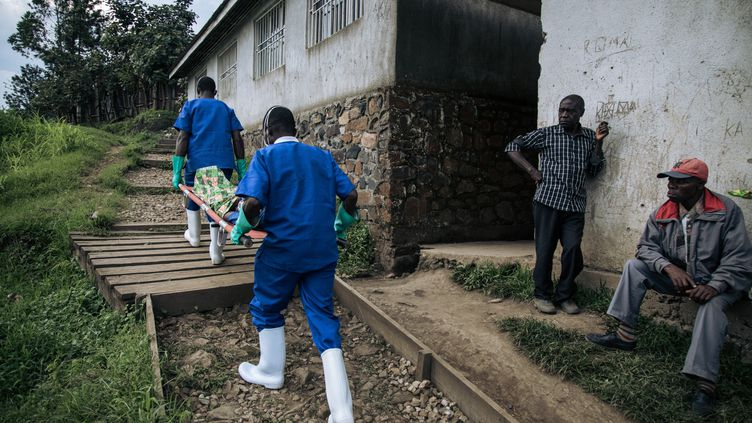 Un malade, victime du virus Ebola, transporté par Médecins sans frontières au Congo en janvier 2020. (ALEXIS HUGUET / AFP)