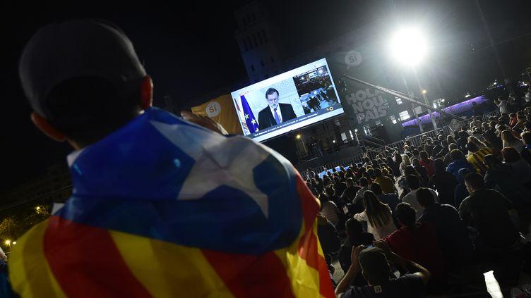 Un indépendantiste catalan devant la conférence de presse du Premier ministre espagnol Mariano Rajoy, dimanche 1er octobre 2017, à Barcelone. (JOSE JORDAN / AFP)