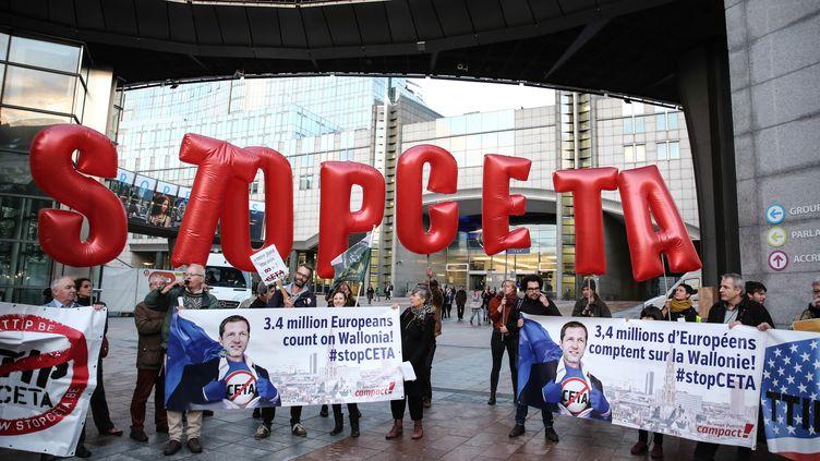 Des manifestants contre le CETA, le 20 octobre 2016, à Bruxelles. (ARIS OIKONOMOU / AFP)