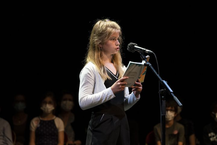 Alyson, finaliste du Grand Est et 3è à la dernière étape du concours, pendant sa lecture sur la scène de la Comédie Française. (Frédéric Berthet)