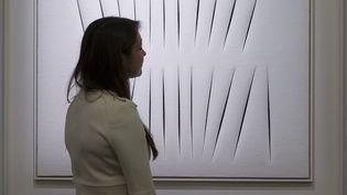 """Un tableau de Lucio Fontana, """"Concetto Spaziale, Attese"""" de la même série """"Concept spatial"""" que celui qui a été oublié dans un taxi à Paris.   (JUSTIN TALLIS / AFP)"""