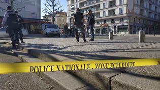 Périmètre installé par la police nationale pour permettre aux enquêteurs de travailler sur les lieux de l'agression au couteau dans le centre-ville de Romans sur Isère. (CLAIRE LEYS / RADIOFRANCE)