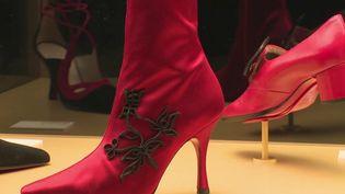 Les escarpins aux semelles rouges de Christian Louboutin sont connus dans le monde entier. Une exposition est consacrée au travail de ce créateur. (France 3)