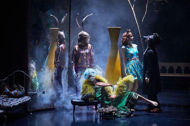 """""""Lewis versus Alice"""" de Macha Makeïeff, création au festival d'Avignon 2019. (© Christophe Raynaud de Lage)"""