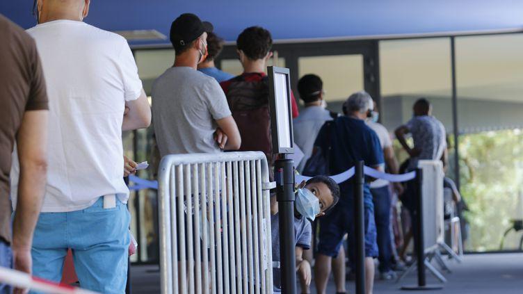 File d'attente pour se faire dépister devant l'Hôpital de la Timone le 16 juillet 2020. (NICOLAS VALLAURI / MAXPPP)