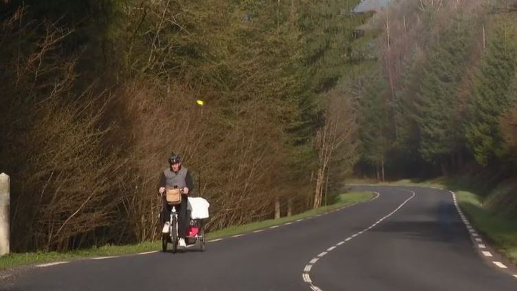 Un demandeur d'emploi de 54 ans se lance vendredi 5 avril dans un tour de France à vélo de 300 kilomètres. Son objectif: trouver du travail à chaque étape. Il veut dénoncer la discrimination de l'âge à l'embauche. (FRANCE 2)