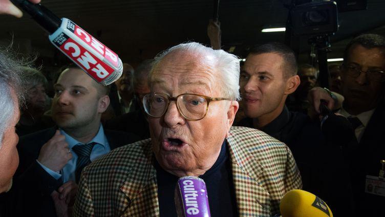 Le président d'honneur du FN, Jean-Marie Le Pen, répond aux journalistes le 29 mars 2015, lors du second tour des élections départementales. (BERTRAND LANGLOIS / AFP)
