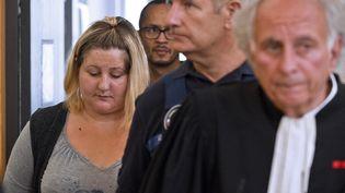Cécile Bourgeon, la mère de la petite Fiona, arrive au tribunal de Riom, dans lePuy-de-Dôme, le 5 septembre 2016. (THIERRY ZOCCOLAN / AFP)