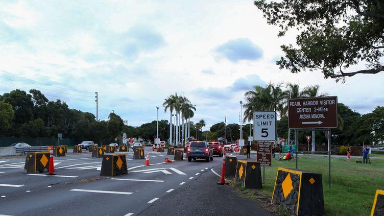 Des voitures attendent pour entrer à la porte Nimitz de la base de Pearl Harbor, aux États-Unis, après qu'une fusillade a eu lieu, le 4 décembre 2019. (DARRYL OUMI / GETTY IMAGES / AFP)