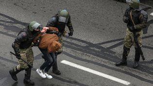 Des agents de la force anti-émeute interpellent un participant à la manifestation contre la réélection du président Alexandre Loukachenko, à Minsk (Biélorussie), le dimanche 15 novembre 2020. (AFP)