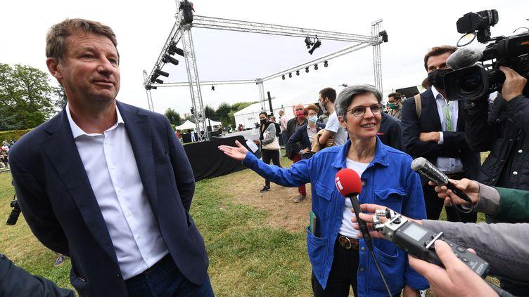 L'eurodéputé Yannick Jadot et l'ancienne porte-parole des Verts Sandrine Rousseau, le 19 août 2021 à Poitiers (Vienne). (MEHDI FEDOUACH / AFP)