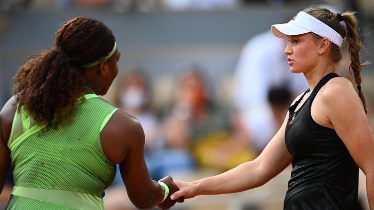 La reine Serena Williams est tombée face à la jeuneKazakhstanaiseElena Rybakina (21 ans), dimanche 6 juin 2021. (CHRISTOPHE ARCHAMBAULT / AFP)