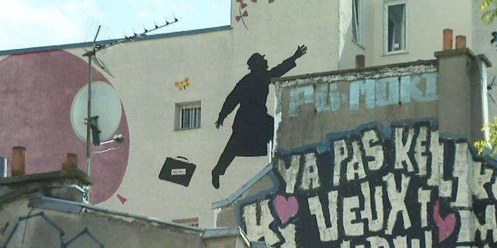 Il suffit de lever les yeux pour découvrir ces oeuvres d'art qui envahissent les murs et pallient la grissaille ambiante de la ville.  (France 3 / Culturebox)