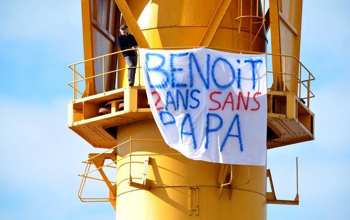 Un homme est perché au haut d'une grue pour réclamer le droit de voir son fils de 2 ans, à Nantes (Loire-Atlantique), le 15 février 2013. (FRANK PERRY / AFP)