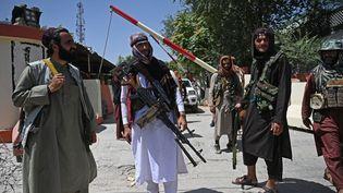 Des combattants talibans gardent un barrageroutier à proximité de la place Zanbaq à Kaboul en Afghanistan le 16 août 2021. (WAKIL KOHSAR / AFP)