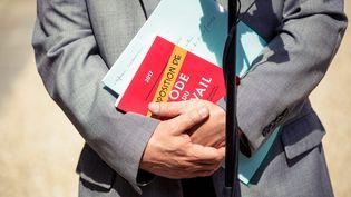 Le Code du travail dans les mains de Philippe Martinez, le secrétaire général de la CGT, à l'Élysée, le 23 mai 2017. (PAUL BARLET / LE PICTORIUM / MAXPPP)