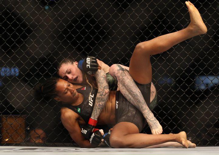 La Française Zarah Fairn aux prises avec l'Australienne Megan Anderson lors de l'UFC 243, au Marvel Stadium de Melbourne (Australie). (JASMIN FRANK-USA TODAY SPORTS/SI/SIPA / SIPA USA)