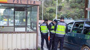 Un contrôle de police à la frontière entre la France et l'Espagne, au Pertuis, le 25 avril 2020. (IDHIR BAHA / HANS LUCAS / AFP)