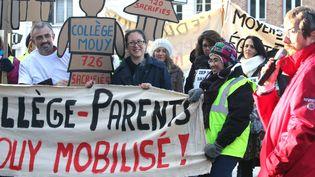 Ils étaient une centaine à défiler et revendiquer devant le rectorat, venus de Mouy, Crèvecoeur et Méru (Oise) pour protester contre la fin des ZEP dans ces secteurs le 10 édcembre 2014 (  MAXPPP)