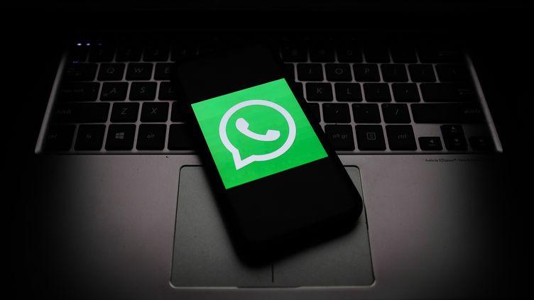 Le logo de l'application de messagerie WhatsApp, le 21 octobre 2020. (JAKUB PORZYCKI / NURPHOTO / AFP)