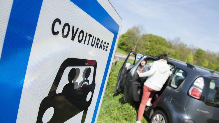 Des automobilistes se retrouvent sur un parking dédié au covoiturage. (DAVID ADEMAS / MAXPPP)