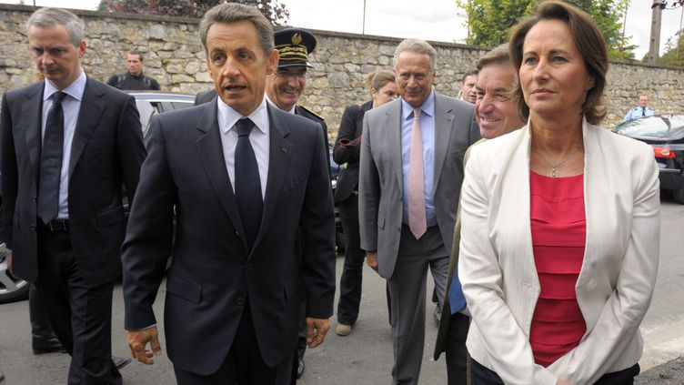 Ségolène Royal et Nicolas Sarkozy participent à une table ronde àLa Rochefoucauld (Charente), le 9 juin 2011. (PHILIPPE WOJAZER / AFP)