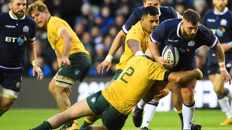 Jamie Bhatti perce la défense australiene