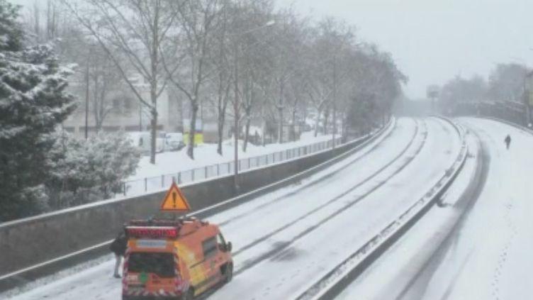 L'offensive de l'hiver perturbe les axes routiers et les transports en commun, empêchant parfois les salariés de se rendre sur le lieu de travail. Quels sont leurs droits ? (FRANCE 2)