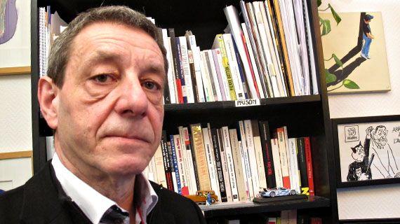 """Pour le magistrat Serge Portelli, ici dans son appartement parisien le 11 février 2013, """"aucune peine de prison ne doit aller jusqu'au bout"""". (YANN THOMPSON / FRANCETV INFO)"""