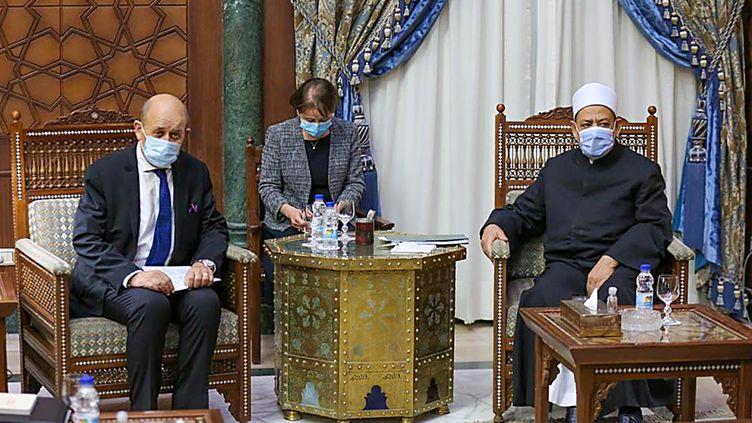 La rencontre entre le chef de la diplomatie française Jean-Yves Le Drian et le grand imam d'Al-Azhar, le 8 novembre 2020 au Caire, en Egypte. (HANDOUT / AL-AZHAR MEDIA CENTRE)