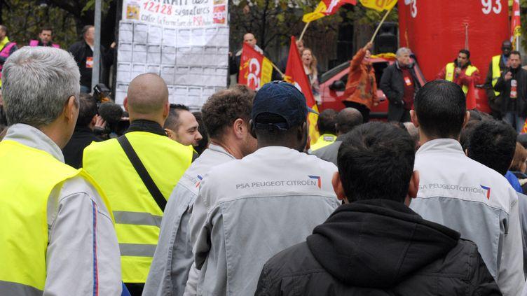 Des salariés de PSA lors d'une manifestation devant la préfecture de Bobigny (Seine-Saint-Denis), le 8 novembre 2012. (ERIC PIERMONT / AFP)