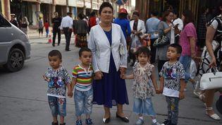 Une femme Ouïghoure et ses enfants àKashgar, dans la région chinoise duXinjiang, le 4 juin 2019. (GREG BAKER / AFP)