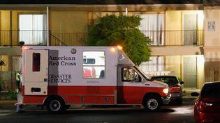 Un véhicule de la Croix Rouge est stationné, le 2 octobre 2014,devant l'appartement où vivait un malade d'Ebola, à Dallas (Texas). (TOM PENNINGTON / GETTY IMAGES NORTH AMERICA / AFP)