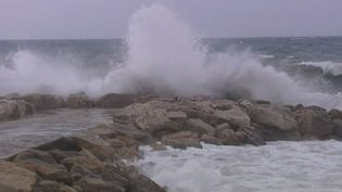 Capture d'écran du lilloral des Alpes-maritimes balayé par des vents violents et des fortes vagues, le 4 novembre 2014 ( FRANCE 3 CÔTE-D'AZUR)