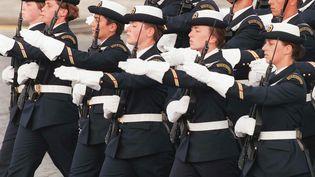 Des femmes officiers de l'Ecole de maistrance de la marine nationale défilent, le 14 juillet 1997, lors des cérémonies de la fête nationale, sur l'avenue des Champs-Elysées, à Paris. (MICHEL GANGNE / AFP)