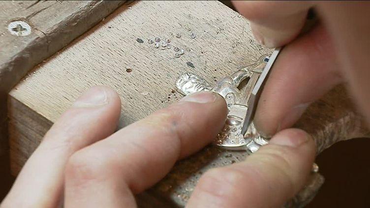 Johnny Hallyday sculpté sur une croix (France 2)