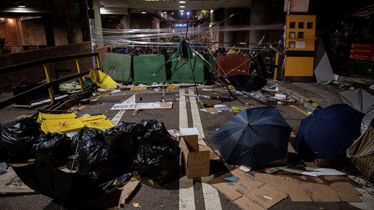Des débris et des barricades devant l'entrée principale de l'université polytechnique de Hong Kong, le 19 novembre 2019. (NICOLAS ASFOURI / AFP)
