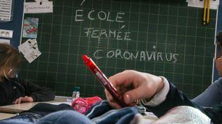 Tableau dans une école de Tionville (Moselle). Photo d'illustration. (PIERRE HECKLER / MAXPPP)