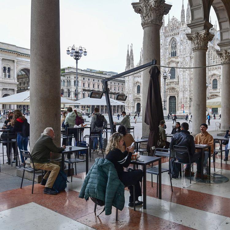 Une terrasse de café nouvellement ouverte, à Milan (Italie), le26 avril 2021. (MIGUEL MEDINA / AFP)