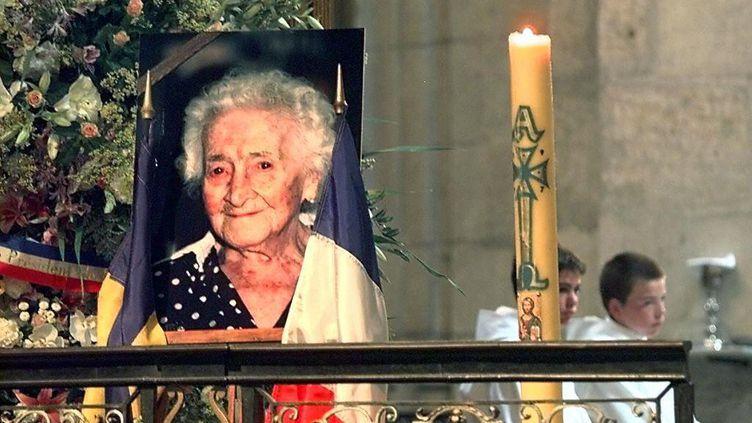 Une photo de Jeanne Calment affichée lors de ses obsèques le 7 août 1997 à Arles (Bouches-du-Rhône). (GEORGES GOBET / AFP)