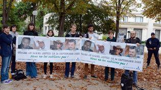 Des soutiens et des proches des otages enlevés au Niger en 2010, lors d'une manifestation près du palais de l'Elysée le 9 octobre 2013. (BERTRAND GUAY / AFP)