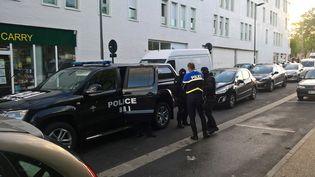 Des policiers devant la résidence étudiante Les Closbilles à Cergy(Val-d'Oise), le 6 juin 2017. C'est ici que vivait l'homme qui a frappé au marteau un policier, devant Notre-Dame de Paris. (SARAH BRETHES / AFP)