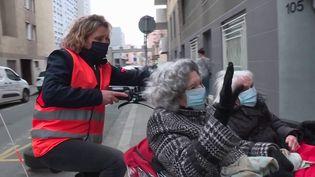 Plus qu'une sortie : un bon bol d'air frais.À Lyon (Rhône), une association emmène des résidents d'Ehpad parcourir leur ville en triporteur. (France 3)