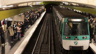 Des utilisateurs du métro sur le quai de la station Chatelet les Halles, à Paris, le 13 décembre 2019. (GREG LOOPING / HANS LUCAS / HANS LUCAS / AFP)