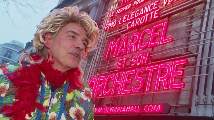 Franck Vandecasteele, le chanteur de Marcel et son orchestre, devant l'Olympia (L. Beunaiche / France 3 Nord Pas-de-Calais)