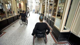 Des personnes en fauteuil roulant à Nantes (Loire-Atlantique), le 20 octobre 2009. (  MAXPPP)
