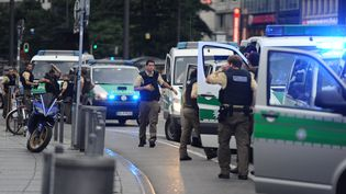 La police allemande sécurise le secteur de la place Stachus, à Munich (Allemagne), après une fusillade dans un centre commercial, le 22 juillet 2016. (ANDREAS GEBERT / AFP)