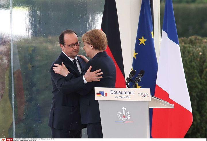 François Hollande salue Angela Merkel après un discours, le 29 mai 2016, à Douaumont (Meuse). (THIBAULT CAMUS/AP/SIPA)