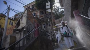 Une opération de désinfection dans la banlieue de Leme (Brésil), le 7 décembre 2020. (FERNANDO SOUZA / AGIF / AFP)