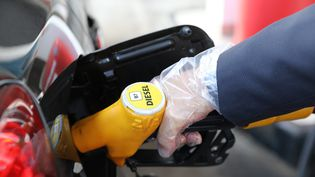 Le gouvernementannoncent que les taxes sur les carburantsvont continuer à augmenter (photo d'illustration). (ARNAUD JOURNOIS / MAXPPP)